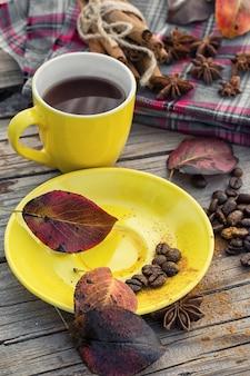 Schwarzer kaffee in gelber tasse