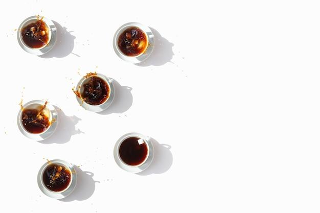 Schwarzer kaffee in weißen tassen