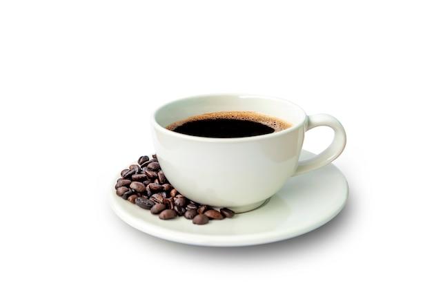 Schwarzer kaffee in weißer tasse und krähenbohnen isoliert auf weißem hintergrund mit beschneidungspfad