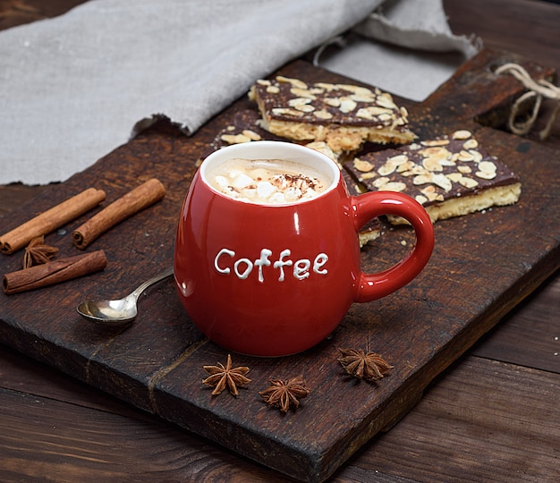 Schwarzer kaffee mit eibisch in einem roten keramikbecher
