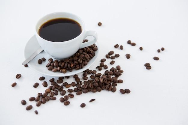 Schwarzer kaffee mit gerösteten bohnen