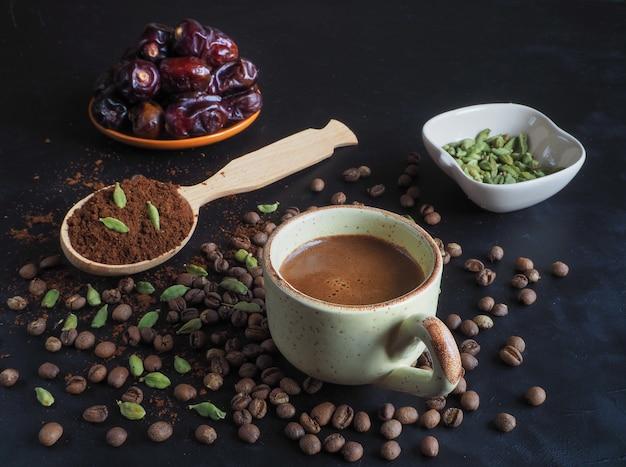 Schwarzer kaffee mit kardamom. traditioneller arabischer kaffee.