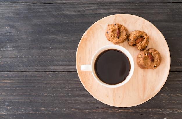 Schwarzer kaffee mit keksen