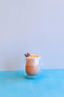 Schwarzer kaffee mit milch in transparentem glas mit milchschaum, latte oder cappuccino