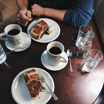 Schwarzer kaffee mit mohn strudel in einem coffeeshop
