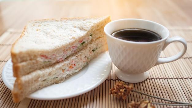 Schwarzer kaffee mit sandwiches