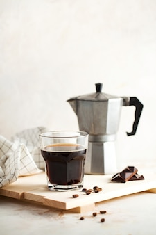 Schwarzer kaffee-mokka für die zubereitung von espresso-fotos für ein café im minimalistischen stil mit platz für ...