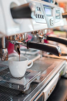 Schwarzer kaffeemorgen auf kaffeemaschine