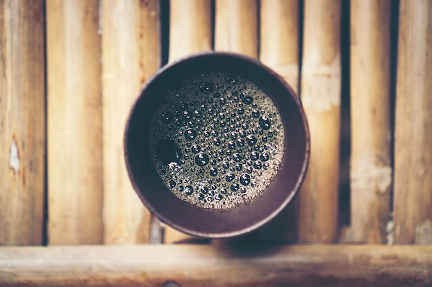 Schwarzer kaffeesatz in glas