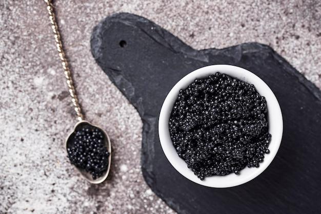 Schwarzer kaviar des störs in den schüsseln