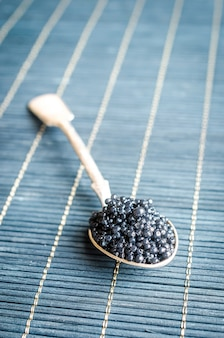 Schwarzer kaviar im teelöffel