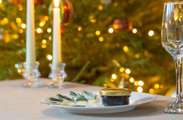 Schwarzer kaviar und ein glas champagner