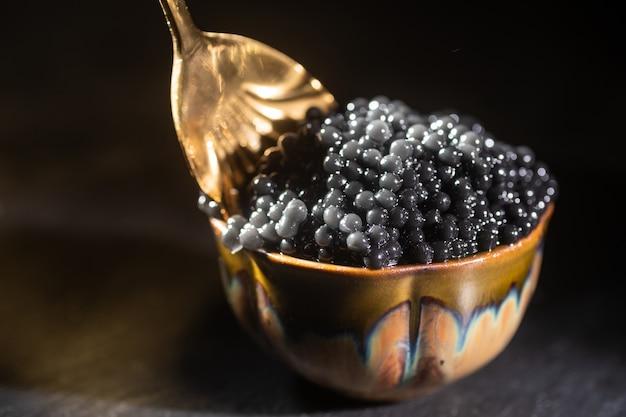 Schwarzer kaviar und löffel nahaufnahme