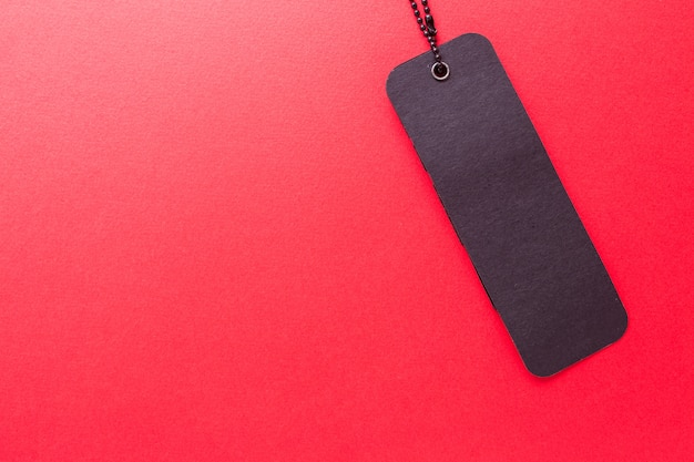 Schwarzer kennsatz auf rot getrenntem hintergrund
