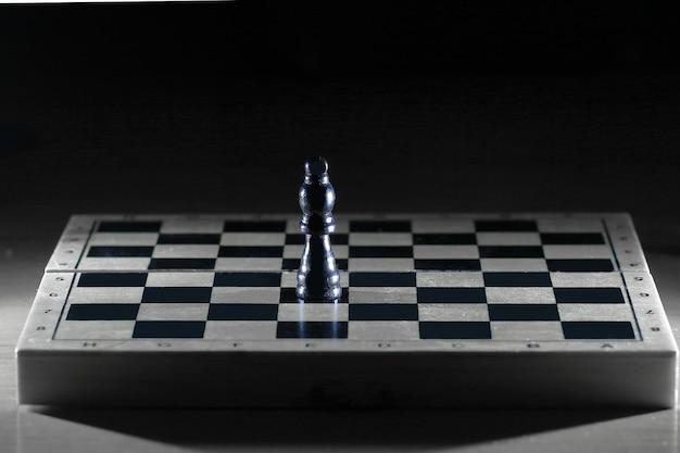 Schwarzer könig auf einem schachbrett.
