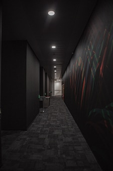 Schwarzer korridor mit weißen lichtern