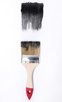 Schwarzer lack auf einem weißen hintergrund
