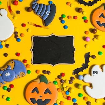 Schwarzer lebkuchen zwischen kleinen süßigkeiten