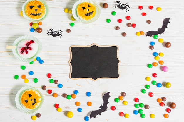 Schwarzer lebkuchen zwischen süßigkeiten und muffins