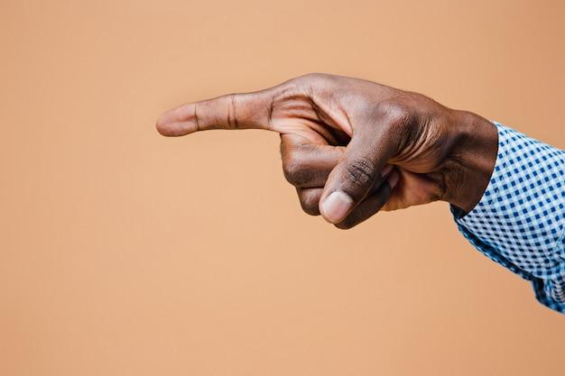 Schwarzer männlicher handzeigefinger. handgesten - mann, der auf virtuelles objekt zeigt