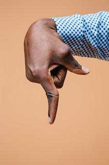 Schwarzer männlicher handzeigefinger. handgesten - mann, der mit zeigefinger auf virtuelles objekt zeigt