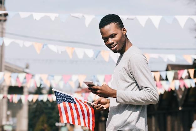 Schwarzer mann an der unabhängigkeitstagfeier