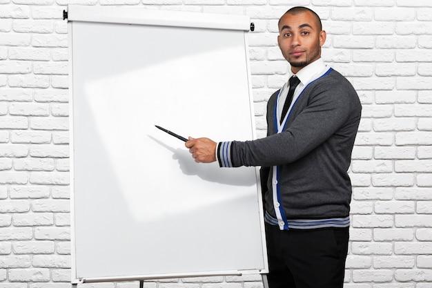 Schwarzer mann, der auf whiteboard zeigt