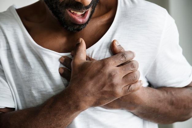 Schwarzer mann, der einen herzinfarkt hat