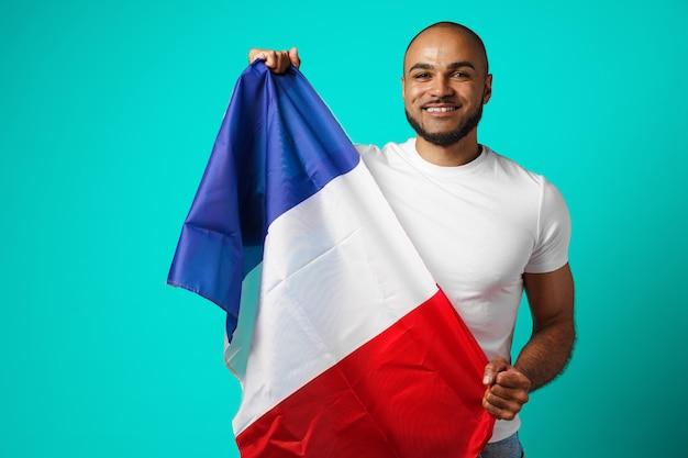 Schwarzer mann der gemischten rasse, der französische flagge nah oben hält