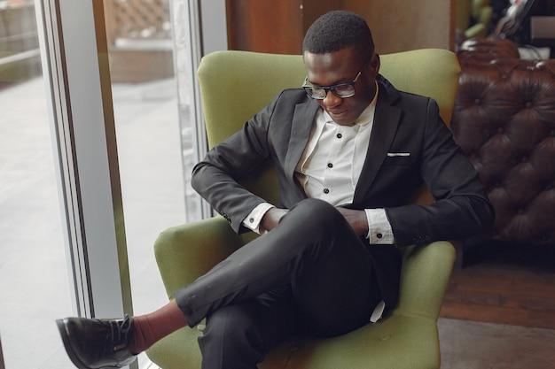 Schwarzer mann, der in einem café sitzt