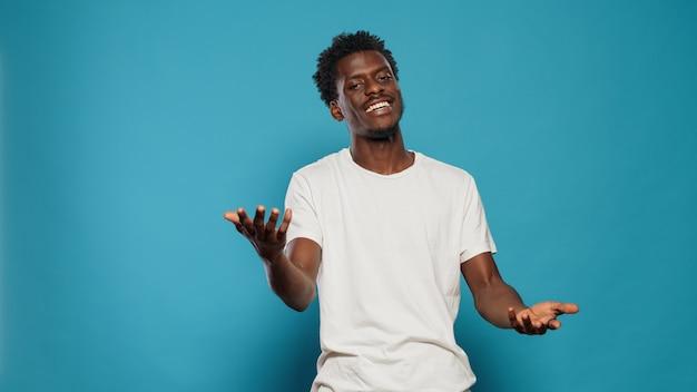 Schwarzer mann, der mit der kamera spricht und handgesten macht
