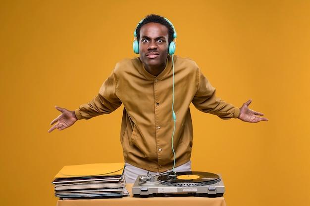 Schwarzer mann, der mit kopfhörern aufwirft