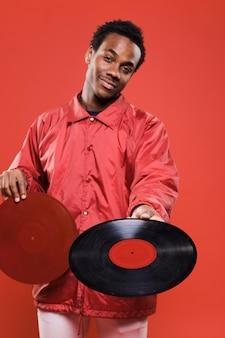 Schwarzer mann, der mit vinyls aufwirft