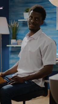 Schwarzer mann im kunststudio, der sich auf den kreativitätsprozess vorbereitet