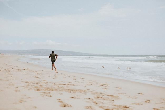 Schwarzer mann läuft am strand