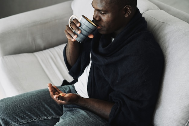 Schwarzer mann mit pillen