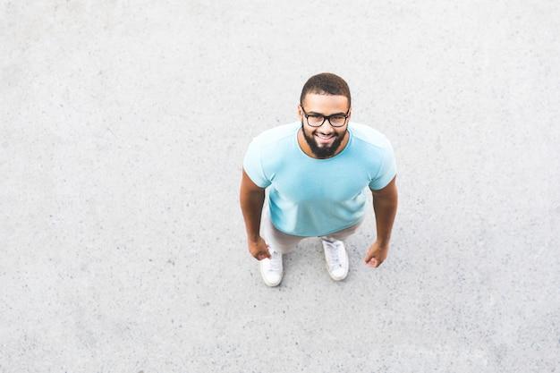 Schwarzer mann porträt. über den kopf geschossen