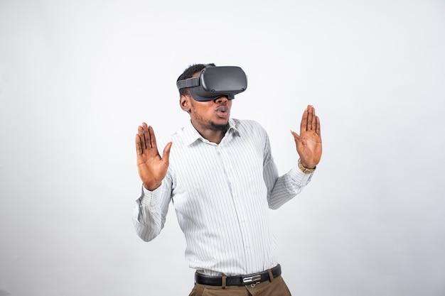 Schwarzer mann reagiert auf die verwendung einer virtual-reality-brille und drückt aus, dass er in die erfahrung eingetaucht ist