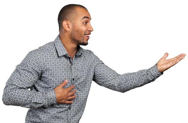 Schwarzer mann singt und tanzt