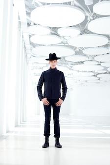 Schwarzer modeschöpfer mit modernem mode im westen