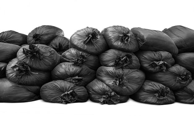 Schwarzer müllsack stapeln sich und isoliert
