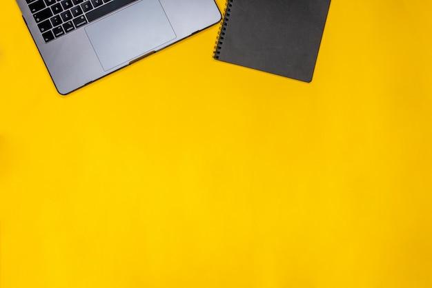 Schwarzer notizblock und laptop