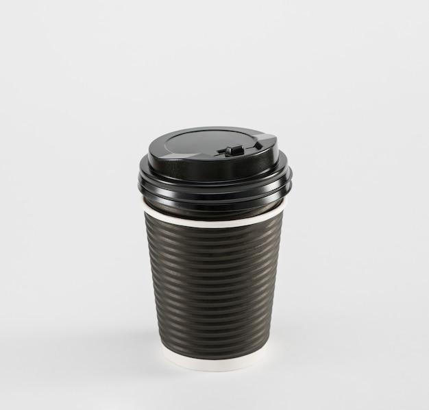 Schwarzer pappbecher kaffee im imbiss isoliert auf weißem hintergrund