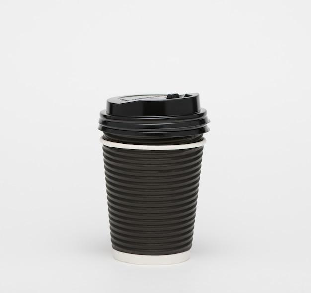 Schwarzer pappbecher kaffee zum mitnehmen isoliert auf weißem hintergrund