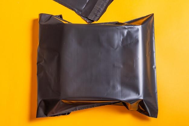 Schwarzer polyethylenumschlag auf schreibtisch.