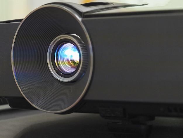 Schwarzer projektor auf schwarzem tisch, nahaufnahme.