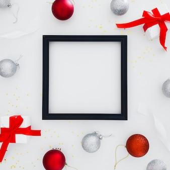 Schwarzer rahmen mit weihnachtsverzierungen