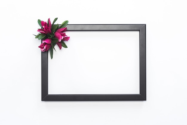 Schwarzer rahmen-rosa-blumen-weißer hintergrund modern