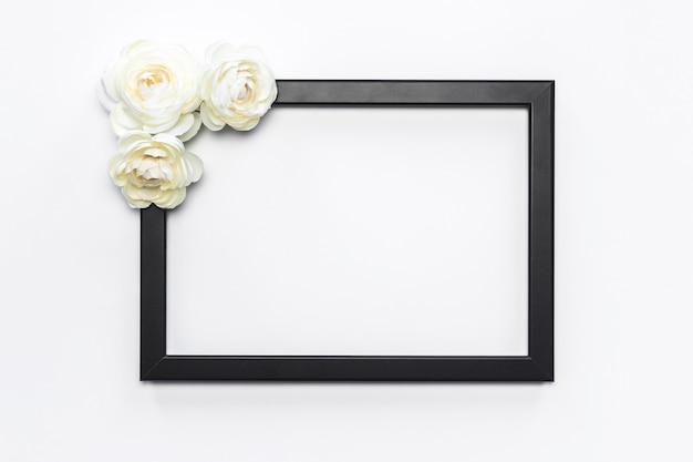 Schwarzer rahmen-weiße blumen-hintergrund modern