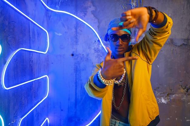 Schwarzer rapper in der unterführung